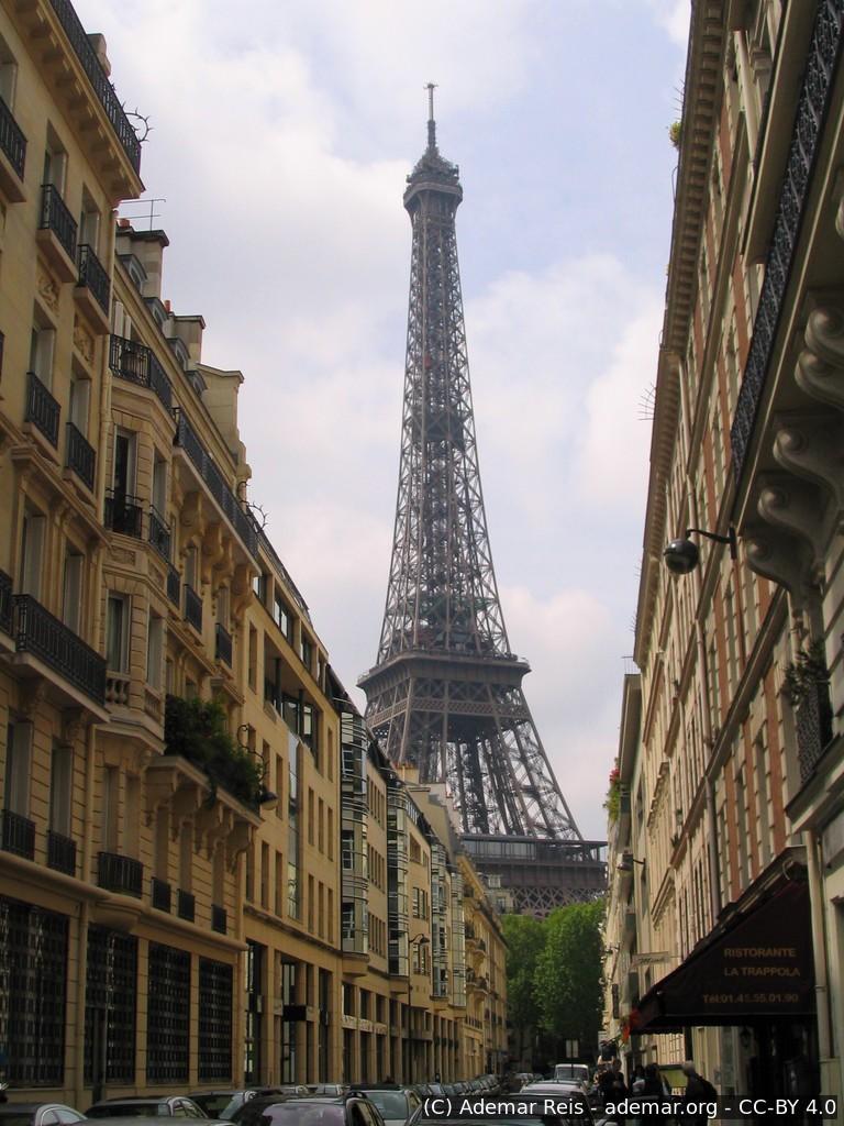 Tour por Paris - França: Torre Eifel vista de um bairro próximo