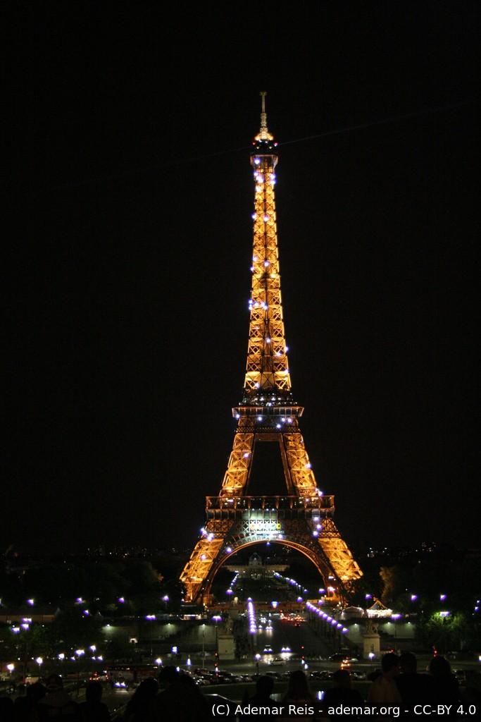 Tour por Paris - França: Torre Eifel com iluminação noturna